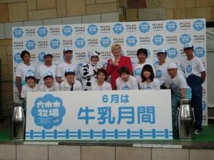 ゲストのお笑い芸人メイプル超合金と全国から集まった13人の酪農家